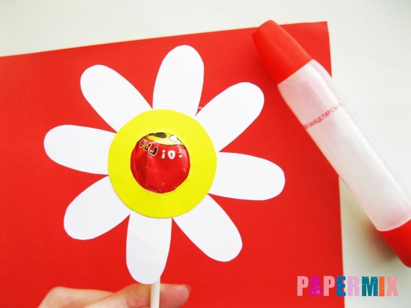 Как сделать ромашка из бумаги и чупа-чупса поэтапно - шаг 6