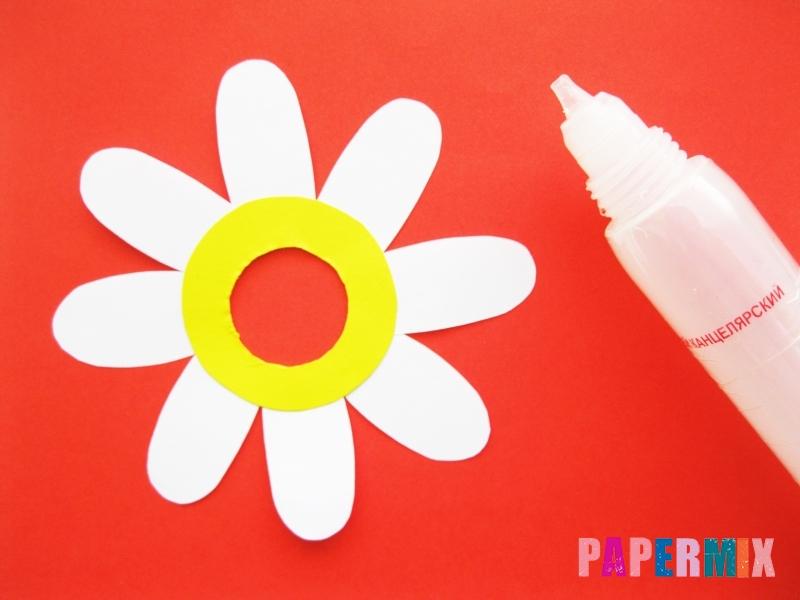 Как сделать ромашка из бумаги и чупа-чупса поэтапно - шаг 4