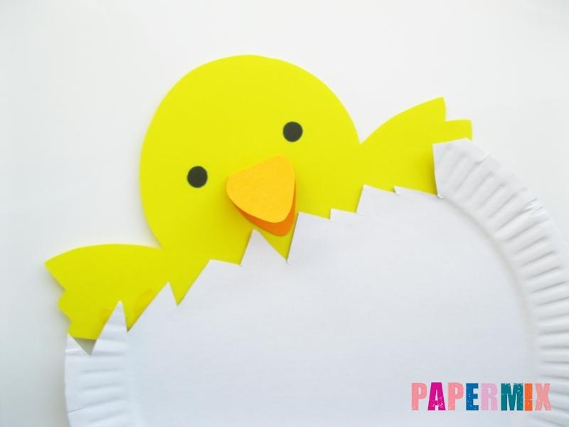 Как сделать цыпленка в яйце из цветной бумаги и тарелки - шаг 6