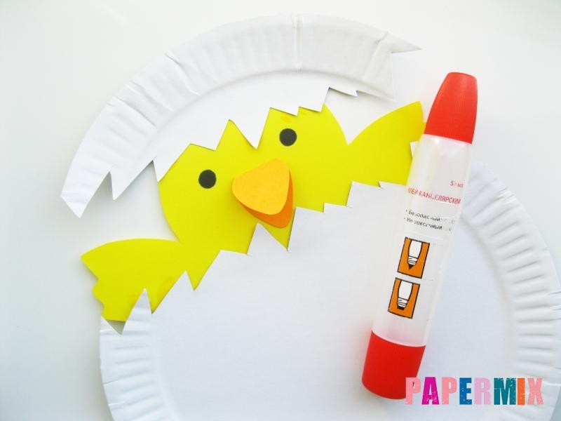 Как сделать цыпленка в яйце из цветной бумаги и тарелки - шаг 7